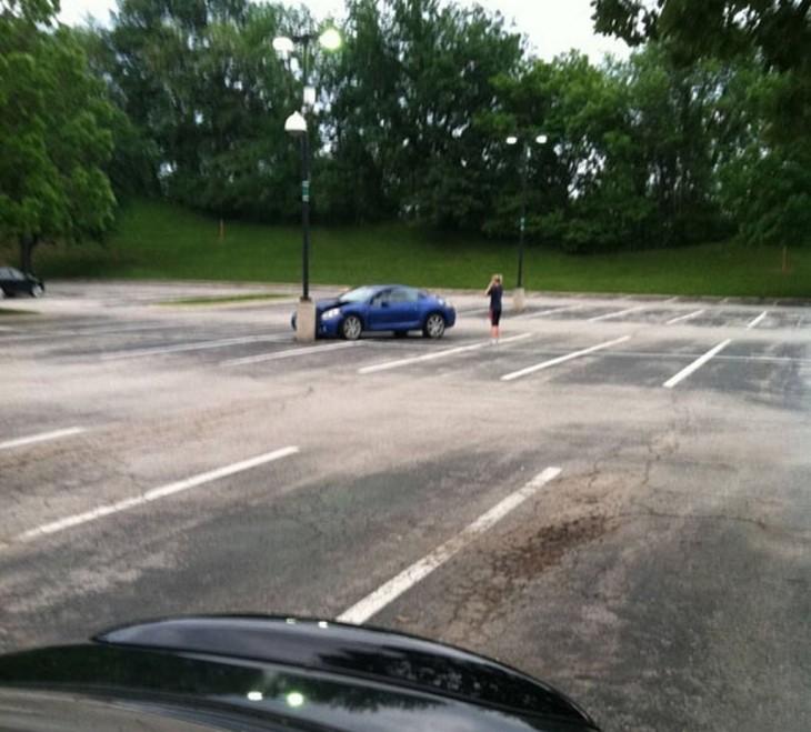 Fail de una persona que choca su carro con el estacionamiento vació