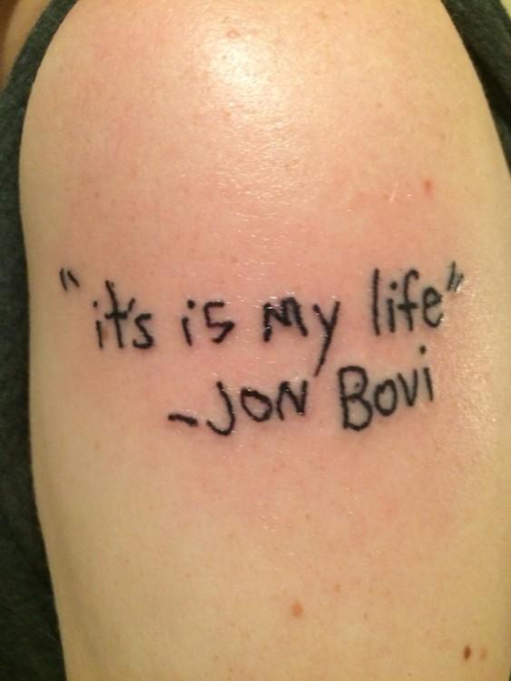 Fail de un tatuaje con una frase en inglés con mala ortografía y letra horrible