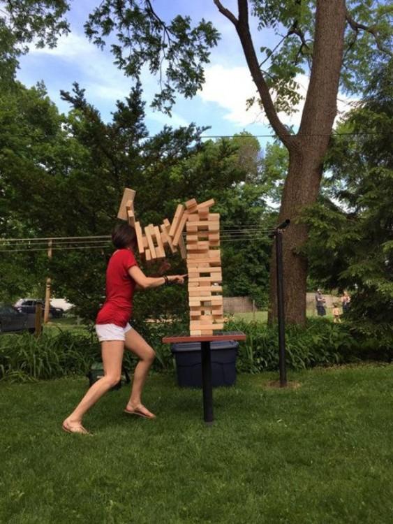 Fail de una chica jugando al jenga con ladrillos como piezas