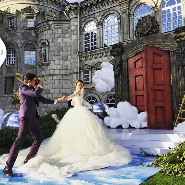 Fotografía del fotógrafo Murada tomando una fotografía a su esposa a punto de entrar a un palacio