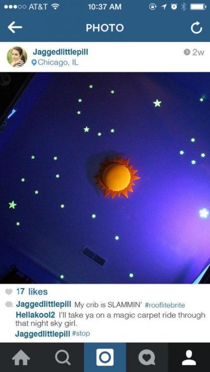 Imagen de figuras de luces en el techo de un cuarto