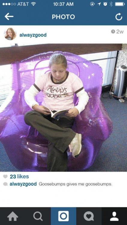 Imagen de instagram de una niña sentada en un sillon inflable transparente