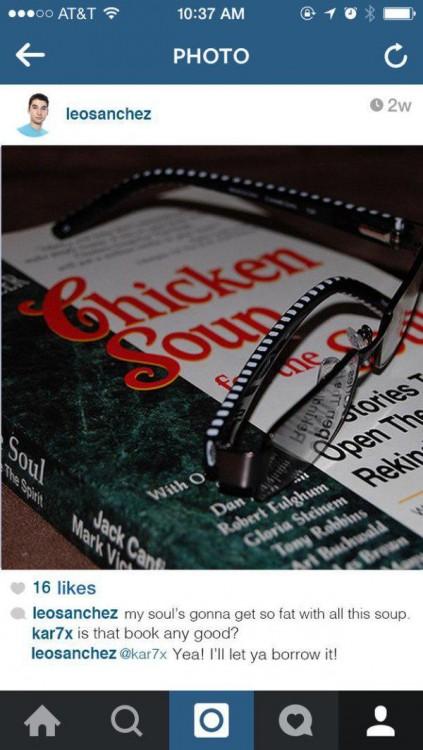 Imagen en instagram de un libro con unos lentes encima de él
