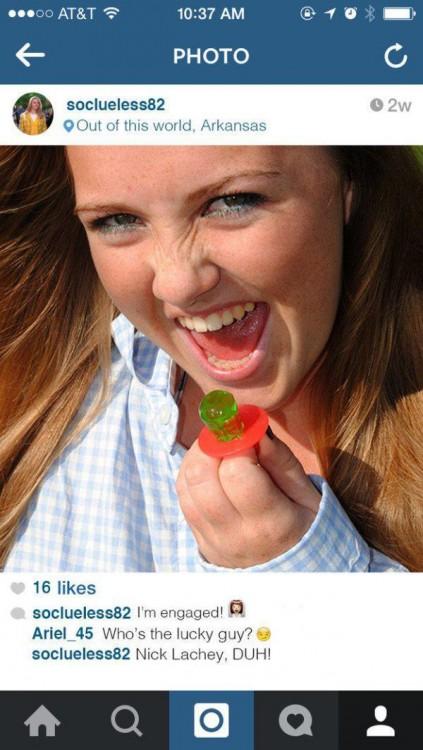 Fotografía de una chica con un ring pop en su dedo