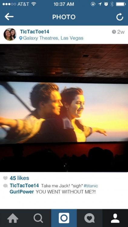 Imagen de unas personas viendo la película de El Titanic en el cine