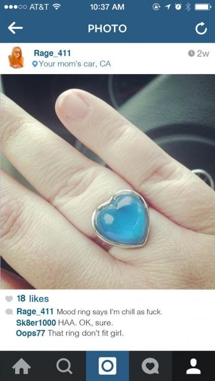Fotografía de una mano con un anillo del humor en Instagram