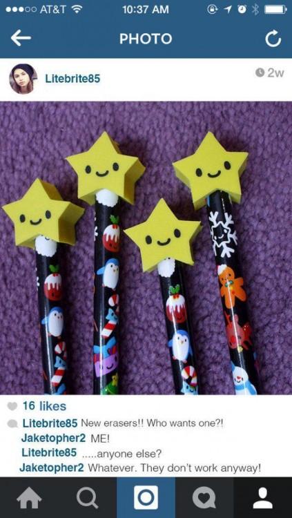 fotografía de unos lapices con gomas en forma de estrella sobre ellas