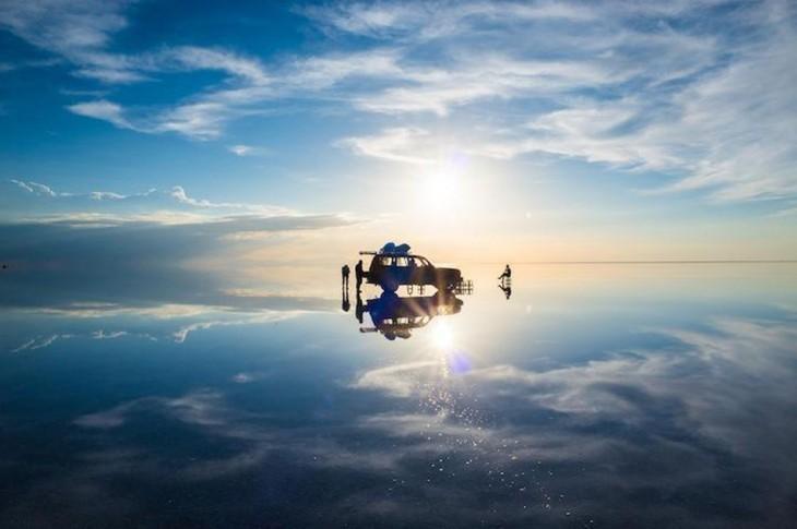 Desierto de sal en el mundo donde esta una camioneta con personas alrededor