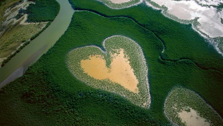 fotografía desde el cielo de unos lagos en forma de corazón