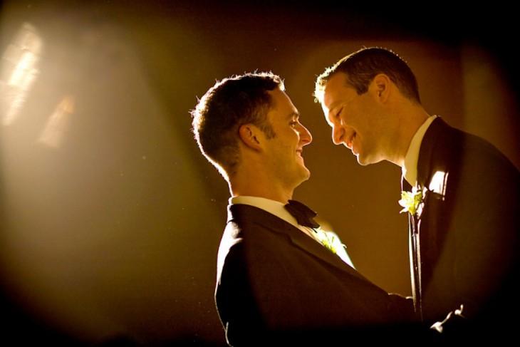 Josh y Adán mirándose fijamente