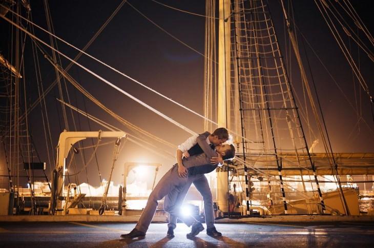 Evan y Trent besándose sobre un barco