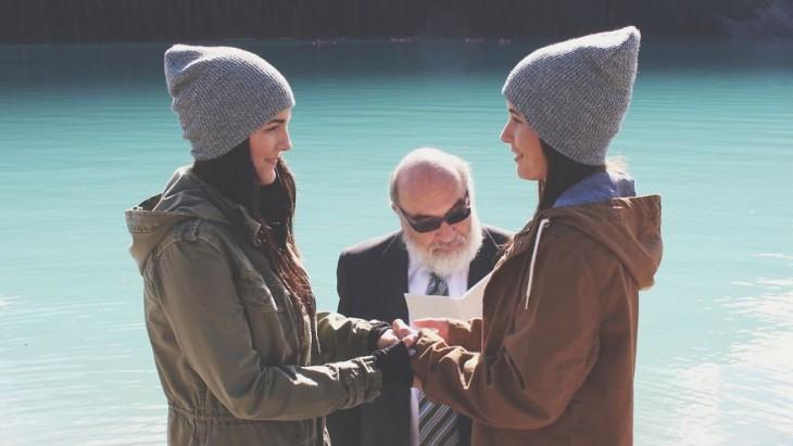 Jenny y Ruth agarradas de la mano frente a un hombre
