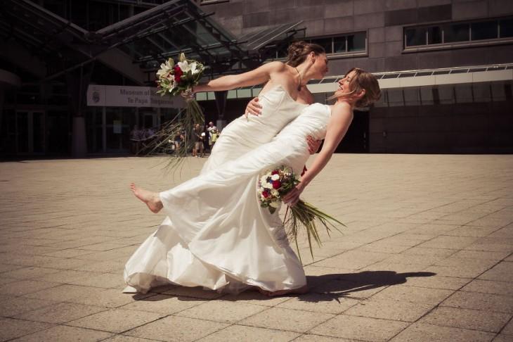 Mandy y Ali recién casadas abrazadas
