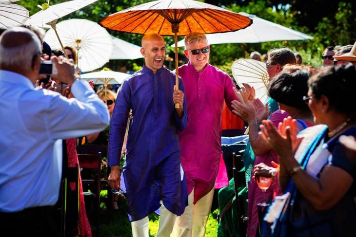 Colin & Karteek, matrimonio del mismo sexo con una sombrilla sobre ellos