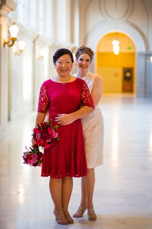 Dos mujeres abrazadas recién casadas