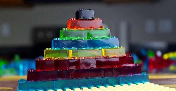 Piezas de goma LEGO apiladas una sobre otra