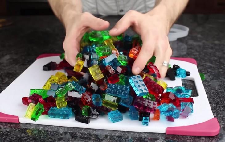 Gomitas con piezas de LEGO en diferentes colores