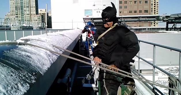 batman con bigote trepando los rascacielos de chicago