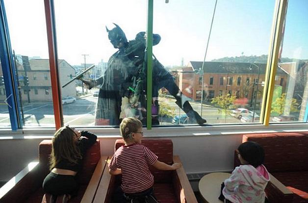 batman limpiando la ventana