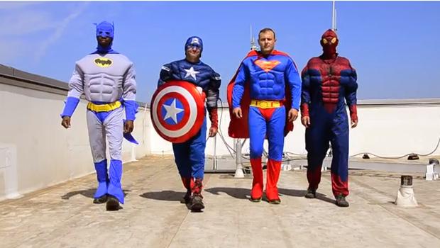 hombres disfrazados de super heros para hacer felices a los niños