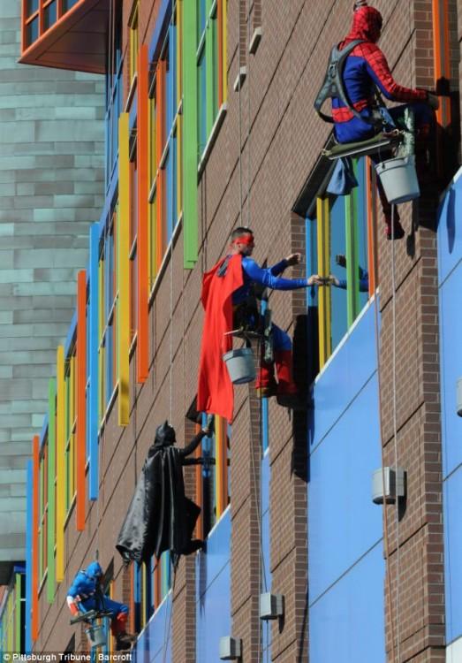 hombres limpiando las ventanas alrededor del mundo
