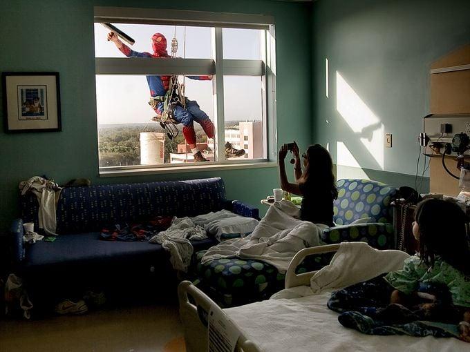 spiderman limpiando ventana