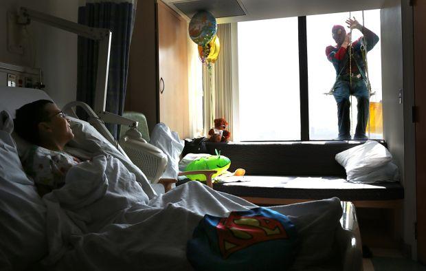 niño feliz de ver a sus héroes por la ventana