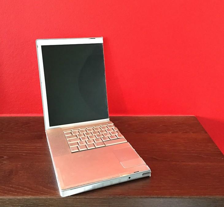 laptop partida por la mitad