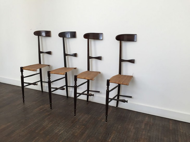 juego de sillas cortados por la mitad para que no fueran entregados a la esposa