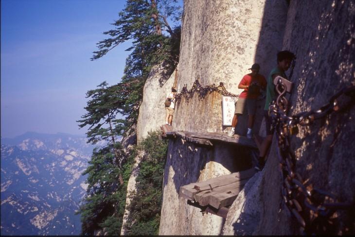 Changong Zhandao camino pegado a una montaña para subir al monte Huashan