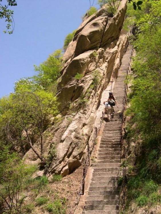Personas subiendo las escaleras hacia el Monte Huashan
