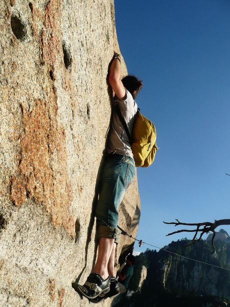 persona escalando una montaña en China