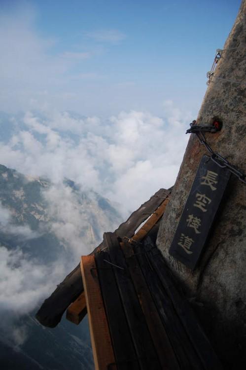 Camino hecho de madera cerca de una montaña para subir a Huashan en China