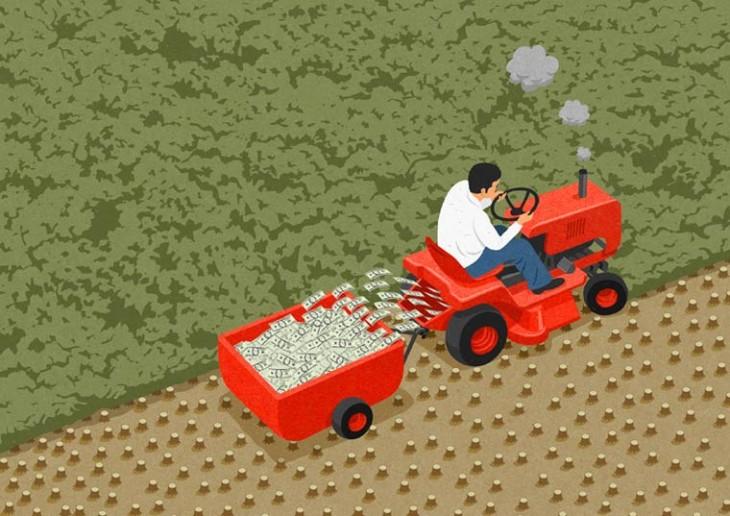 Hombre con un tractor lleno de billetes por el campo