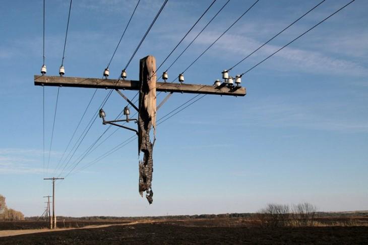 Restos de un poste incendiado que pareciera que la imagen tiene photoshop