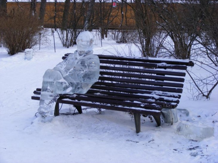 Figura de hielo sobre una banca que pareciera esta hecha con photoshop