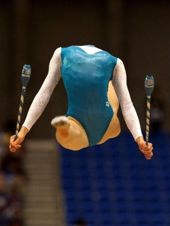 Imagen de una gimnasta en un movimiento que parece no tener cabeza