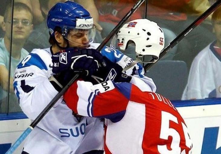 Imagen de un jugador de hockey que parece tener la cabeza invisible