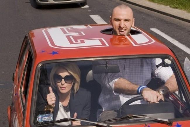 Imagen de un hombre alto manejando un auto pequeño que pareciera que tiene photoshop