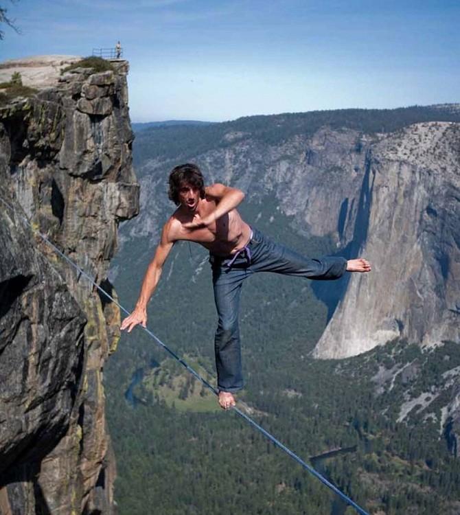 Dean Potter caminando sobre una cuerda floja por una montaña muy alta