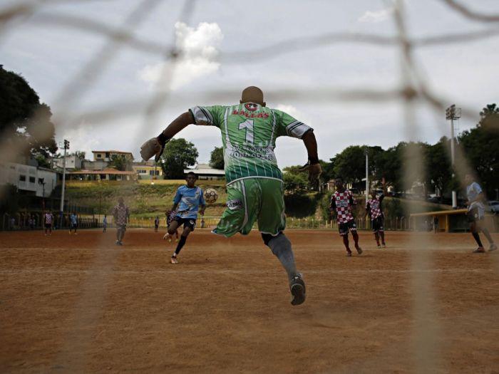Imagen de un portero de fútbol que pareciera que no tiene una pierna