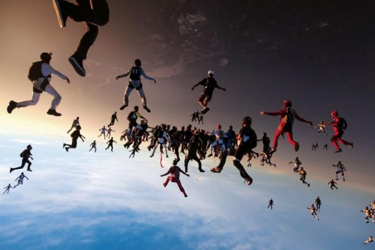 Imágenes de un grupo de paracaidistas en el cielo que pareciera tiene photoshop
