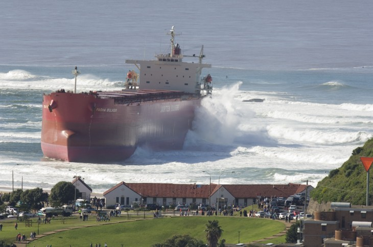 Imagen de un barco a punto de embarcar sobre un pueblo