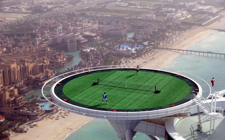 Fotografía de un juego de tenis en un rascacielos de Dubai que pareciera tener photoshop