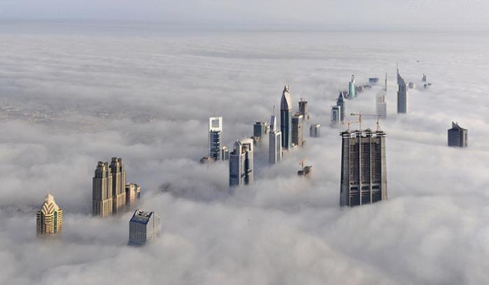 Imagen del horizonte de dubai donde los edificios alcanzan las nubes, pareciera que tiene photoshop
