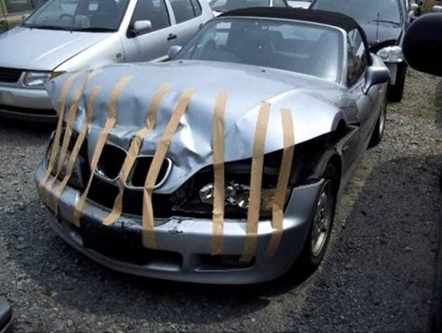 carro con cinta adhesiva en el cofre