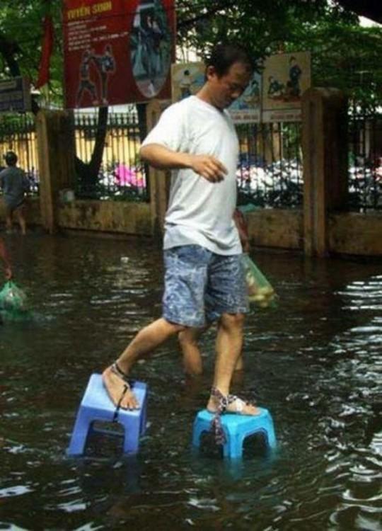 hombre caminando sobre el agua con bancos en los pies