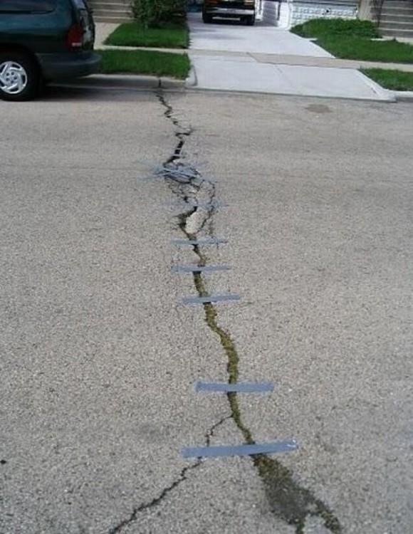 calle agrietada con cinta adhesiva