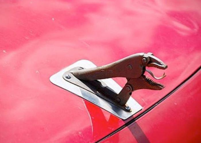 llave de presión como adorno delantero de un auto