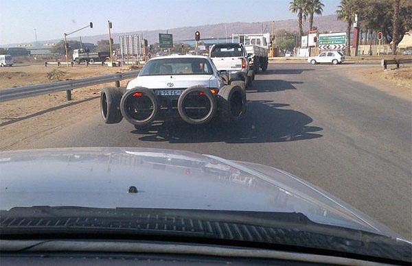 coche con llantas a su alrededor